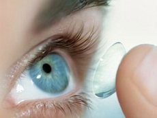 nasazení kontaktních čoček